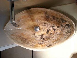 Waschbecken aus Naturkeramik überarbeitet