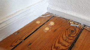 Schäden im Fußboden reparieren